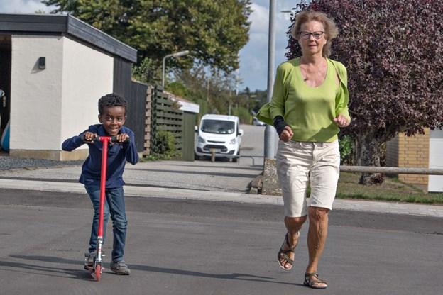 Her ses Louis på løbehjul og mormor Birgit. De er klar til Runway Night Run.