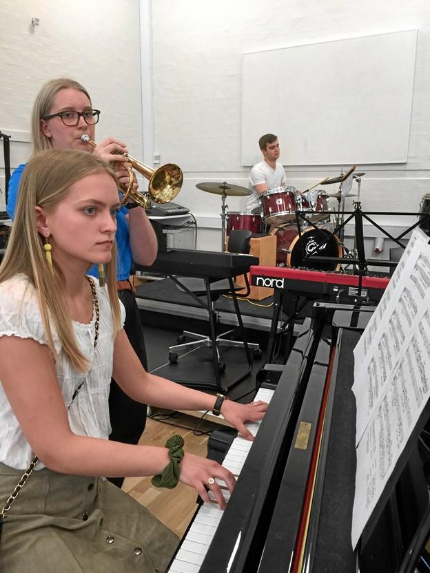 California Dreaming sluttede aftenen af med alle musikeleverne på scenen - her ses Karoline og Freja med Jesper i baggrunden.