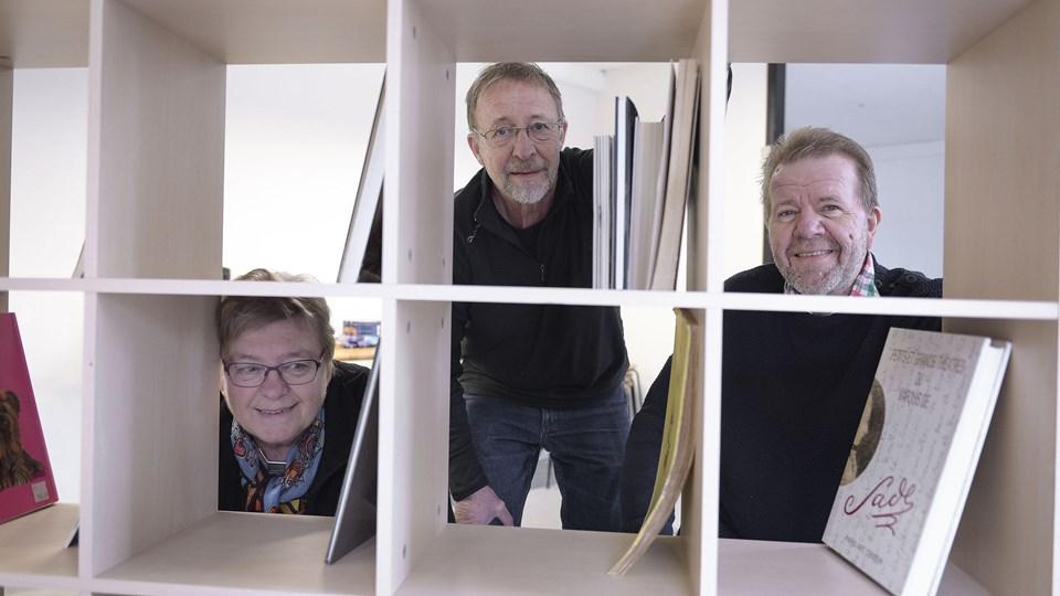 Fra bogbutikken første dage, da tre af initiativtagerne var travlt optaget af at sætte bøger og reoler på plads. I hullerne fra venstre, Birgit Møller Sørensen, Hans Holm og Svend Erik Østergaard. Arkivfoto: Michael Bygballe