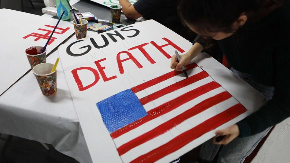 Demonstrationen March for Our Lives vil lørdag løbe af stablen i 841 byer over hele verden. Her maler unge i Los Angeles skilte til demonstrationen, der protesterer for øget våbenkontrol. Foto: Scanpix/Mario Tama