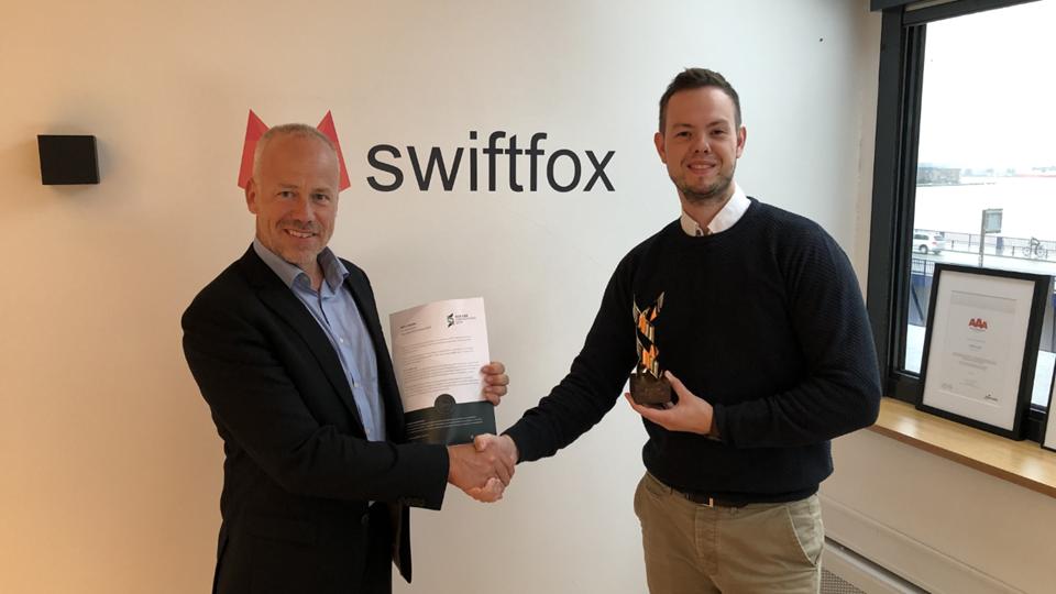 Mogens Lund Andersen overrækker prisen til Thomas Thomsen, stifter og ejer af Swiftfox. PR-foto