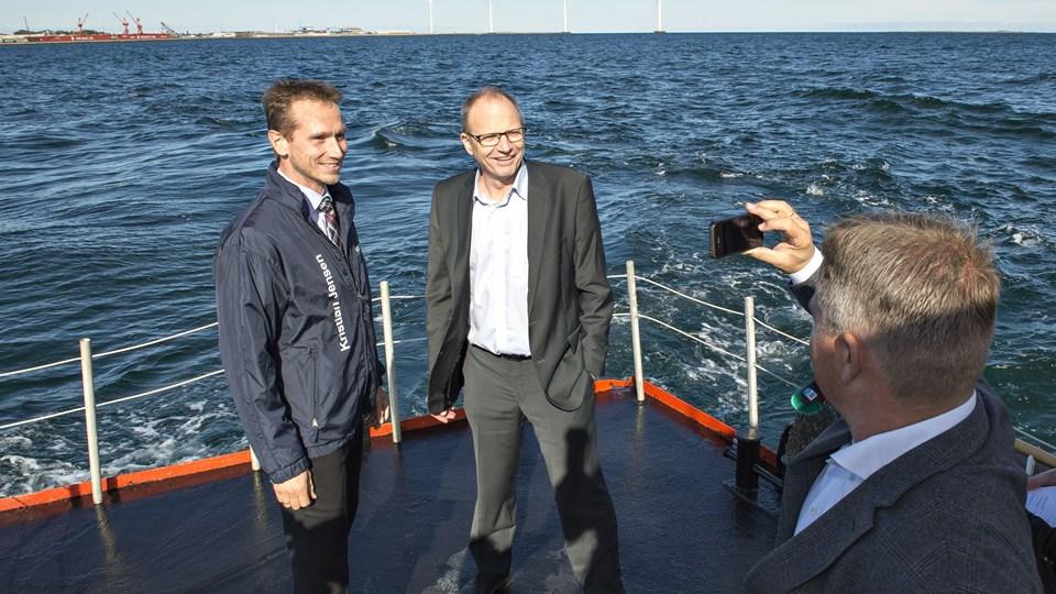 Kristian Jensen og Lars Møller bliver her foreviget af havnedirektør Mikkel Seedorf Sørensen. Foto: Kim Dahl Hansen
