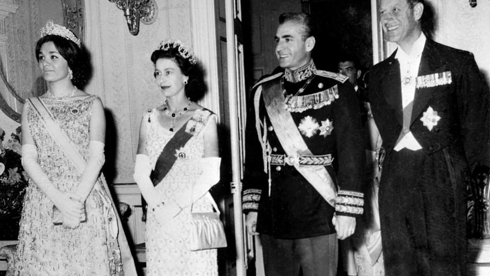 I dette arkivfoto fra 2. marts 1961 er dronning Elizabeth II og hendes mand, prins Philip, på besøg i Iran hos shah Reza Pahlavi og hans kone, Farah Pahlavi. Da revolutionen mod shahen kom i 1979 kom det fuldstændigt bag på de fleste iagttagere.