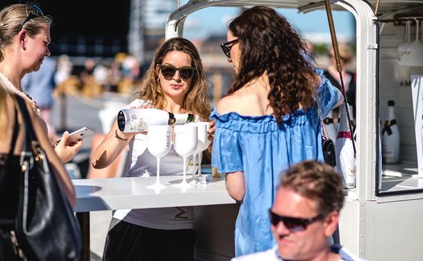 Skål i bobler: Rullende champagnebar indtager Aalborg