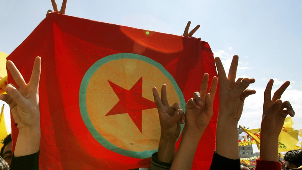 Tyrkiske myndigheder anklager en dansk-kurdisk mand for at have støttet det militante kurdiske arbejderparti PKK økonomisk. På billedet ses PKK's flag under en fejring af det kurdiske nytår i den tyrkiske by Mersin tilbage i 2006.