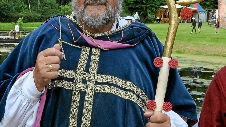 Hans velærværdighed biskop Stygge Krumpen bærer ikke kun rundt med bispestaven, men lejlighedsvis også middelalderlige briller. Foto: Ole Torp