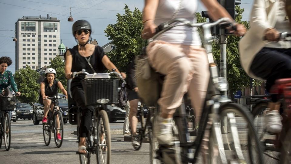 Knap halvdelen af cyklisterne - 42 procent - bruger cykelhjelm, når de begiver sig ud på den tohjulede. Det er en markant fremgang siden 2004. (Arkivfoto)