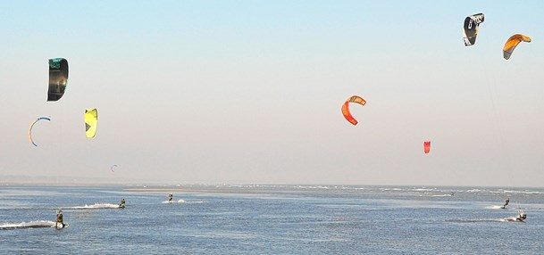 Skandinaviske kitesurfere ved Asaa