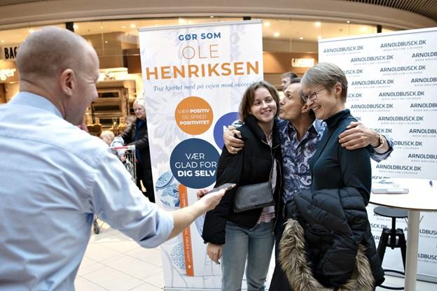 Anders Kristensen, butikschef i Arnold Busck, sikrede, at gæsterne fik billeder i selskab med Ole Henriksen. Foto: Kurt Bering