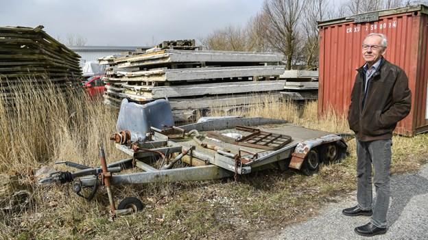 Aggersund flyder stadig med skrotbiler og affald: - Der er ikke sket en skid