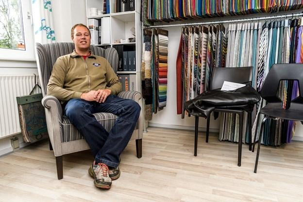 I november 2009 blev Henrik Holm uddannet møbelpolstrer, og stolen her er hans svendeprøve.