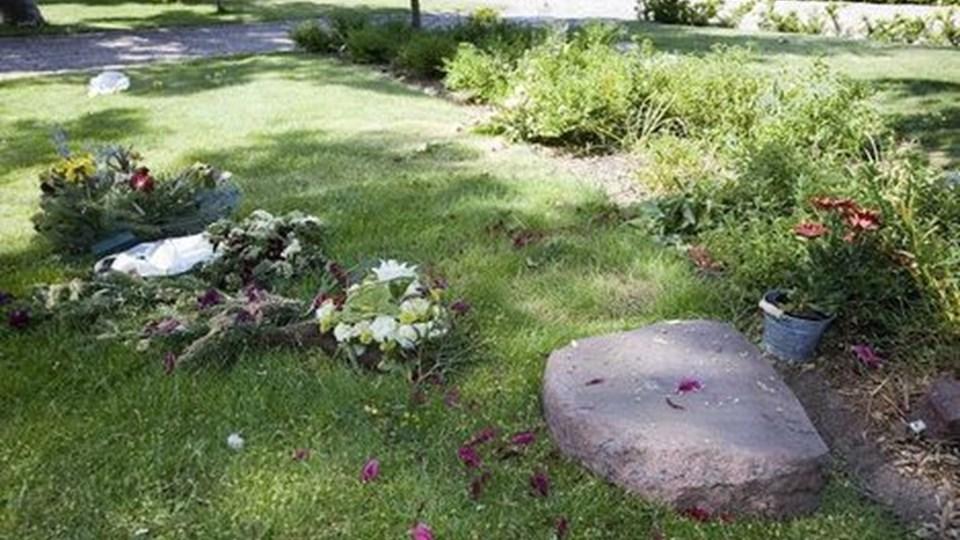 Natten til lørdag ødelagde ukendte gerningsmænd 30 gravstæder på Hjørring Kirkegård. FOTO: BENTE PODER