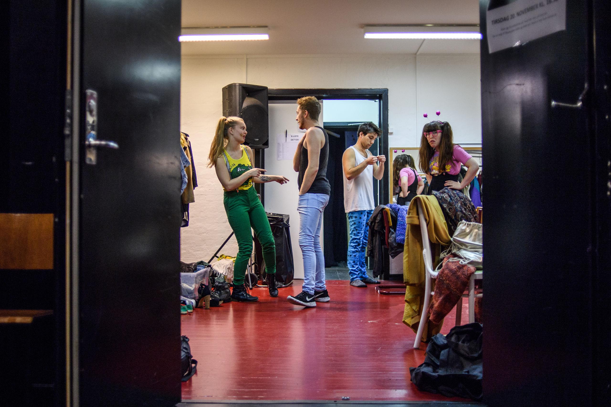 Hygge bag kulissen. Den gode stemning har altid været en vigtig faktor på teatret. Foto: Nicolas Cho Meier