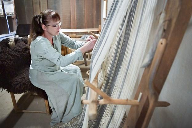 Andrea Scholz klargjorde væven. Hun og hendes mand, billedhuggeren Dieter Scholz, havde taget turen fra hjemmet ved Flensborg for at formidle deres håndværk.