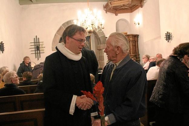 Sognepræst Anders Tranholm-Bjerg (t.v.) holder næsten fri ved gudstjenesten i Øls Kirke lørdag. Arkivfoto