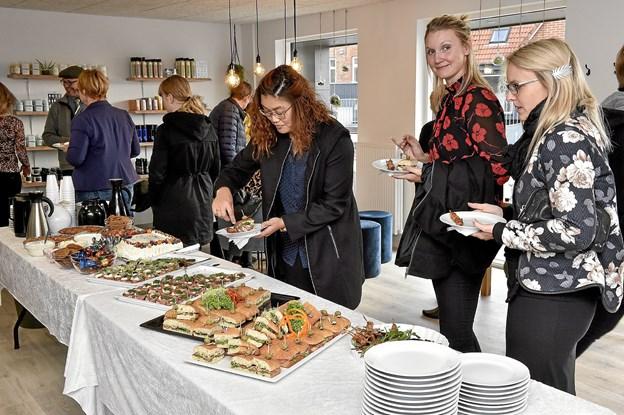 """Janni Dreier danner til dagligt par med """"Den Gamle Slagter"""" som selvfølgelig leverede et festligt bord til Kvali:Tids åbningsreception. Foto: Ole Iversen"""
