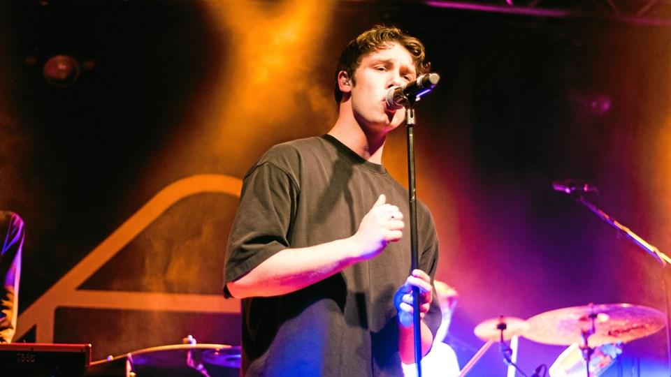 Hugo Helmig kan synge, men bandet mangler erfaring. Foto: Ana Martín