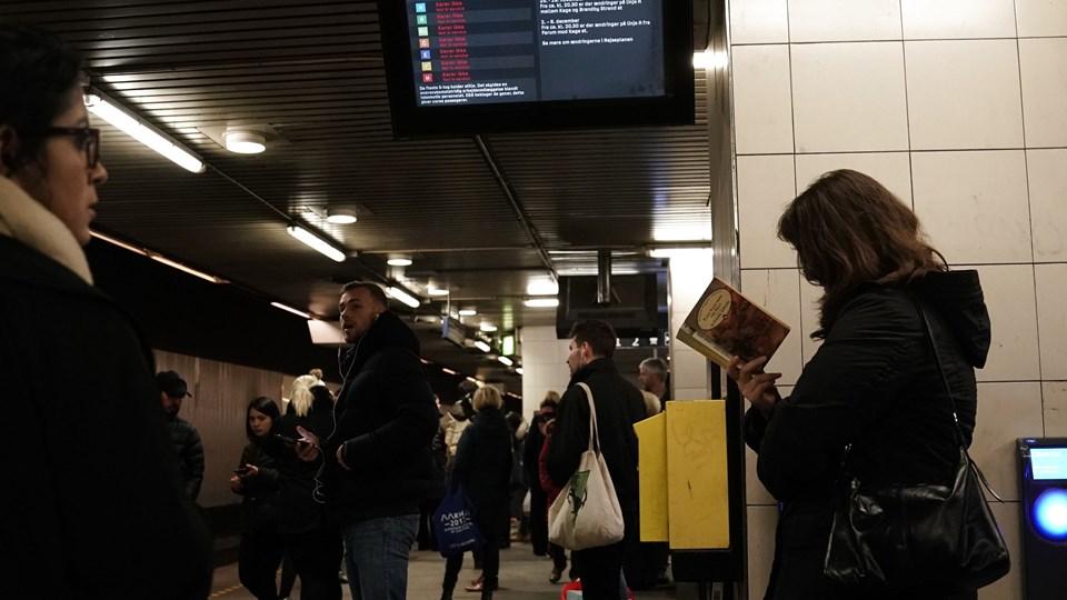 Alle S-tog i København holdt stille fredag morgen. Her venter passagerer på tog på Nørreport Station.