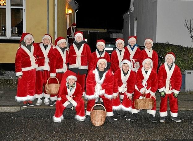 Inden julemandens hjælpere skulle ankomme på Slotsgade var nisserne samlet på Erantisvej, hvor de bl.a. øvede sig i at synge i kor. Foto: Ole Torp Ole Torp
