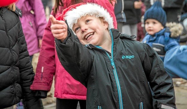 Nogle af børnene blev meget imponeret og glade, da julemanden blev fundet. Foto: Mogens Lynge Mogens Lynge