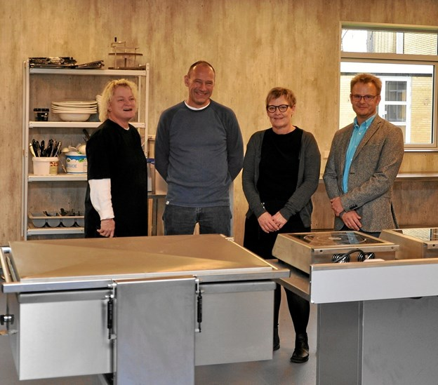 Fire centrale personer i forbindelse med det nye køkken, som de står i. Fra venstre er det køkkenleder Helle Martinsen, pedel Lars Jensen, lærer Helle Juul og efterskoleleder Thomas Wind Eskildsen. Foto: Ole Torp
