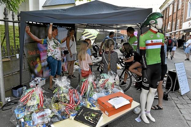 Thy Cykle Ring havde taget Alpe D'Huez med til gågaden. Friske kommende cykelryttere kunne få lov at starte cykel karrieren på en computer-tur op ad det berømte franske bjerg. Det gav sved på panden. Foto: Ole Iversen