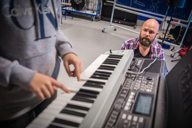Musiker Simon Kirk sørger for at lyden fra keyboardet bliver optaget.