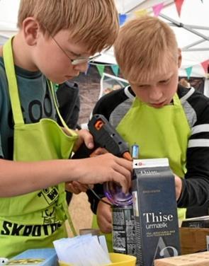 Skoleelever hyggede og byggede robotter af brugt emballage