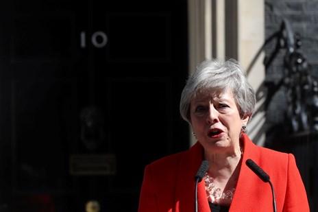 Grådkvalt May træder tilbage efter næsten tre års brexitkamp