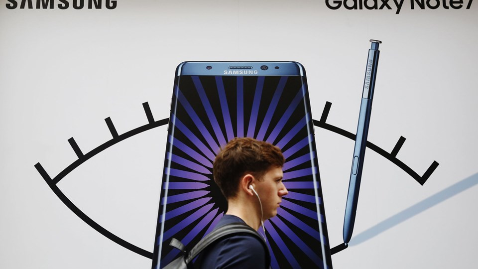 A man walks past an advert for the Samsung Galaxy Note 7 in London Foto: Reuters/Luke Macgregor