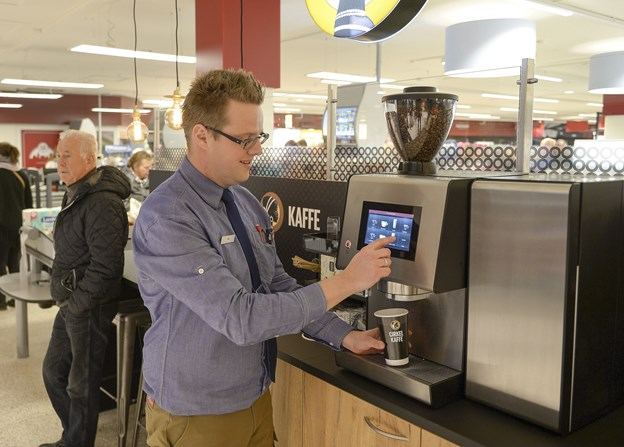 Dagens udgave af Super Brugsen med uddeler Max Kristensen ved kaffehjørnet. Arkivfoto: Michael Bygballe