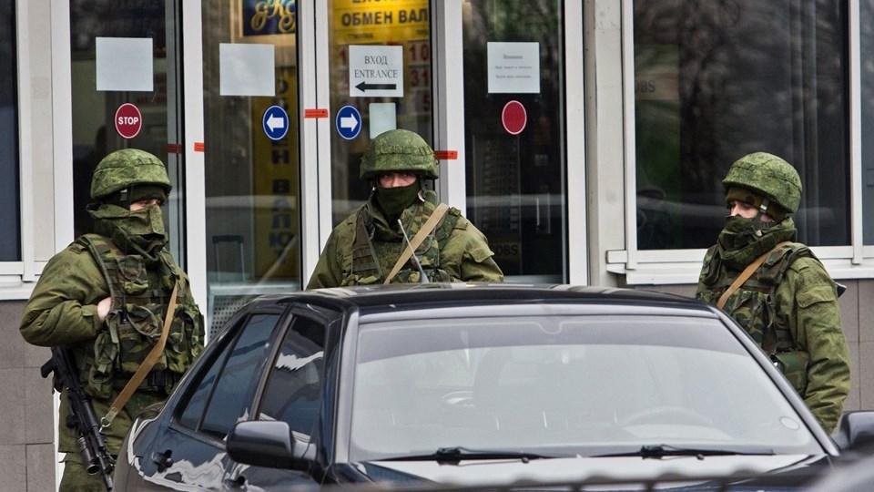 Bevæbnede mænd ved Simferopols lufthavn på Krim-halvøen. Ifølge Ukraine har russiske soldater overtaget kontrollen. Foto: Scanpix
