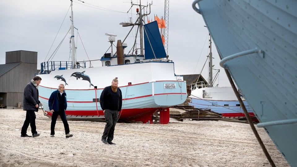 Ministeren vises rundt på stranden, før debatten om bomtrawlere blev åbnet op for. Foto: Bente Poder