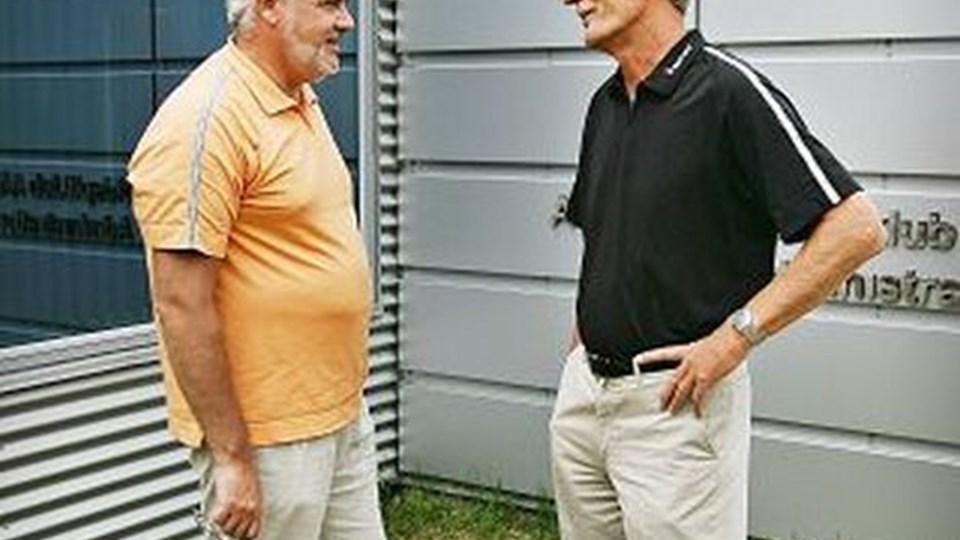 Per Søndergaard, formand for bestyrelsen i AaB A/S i samtale med Peter Hinrup (t.h.), administrerende direktør i AaB. Foto: Claus Søndberg