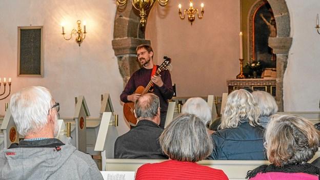 Knap 40 var mødt op i Vindblæs Kirke tirsdag aften til visesang med organist i Løgstør Kirke Asbjørn Høgholm. Foto: Mogens Lynge Mogens Lynge