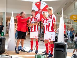 Den nye hjemmebanetrøje giver AaB-spillerne luft under vingerne...