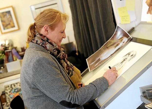 Tegneren Lone Bruun står bag alle motiverne til den nye kalender. Foto: Allan Mortensen