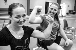 Her lægger pigerne også arm: Kom med til en træning hos Arden Armwrestlers