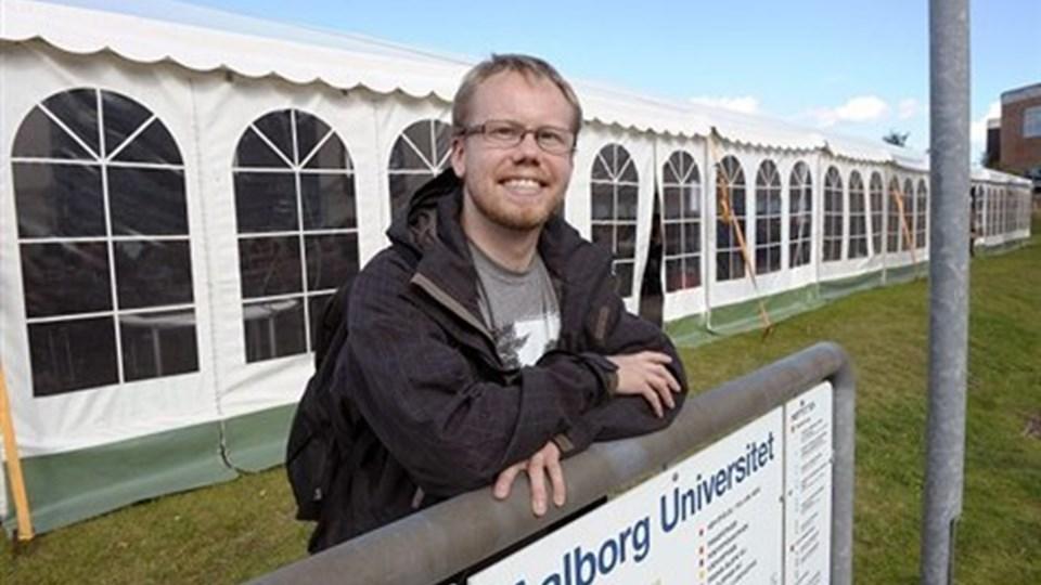 Lasse Olsen må konstatere, at AAU fortsætter med at undervise i telt de næste 14 dage. Foto: Michael Koch