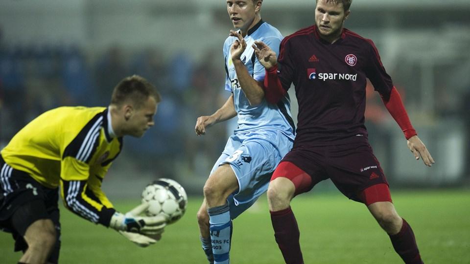 Nicolai Larsen (t.v.) laver meget sjældent fejl i målet. Foto: Bo Amstrup/Scanpix