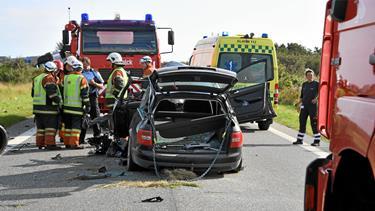 Bil og lastbil stødte sammen: Alvorlig trafikulykke har kostet en person livet