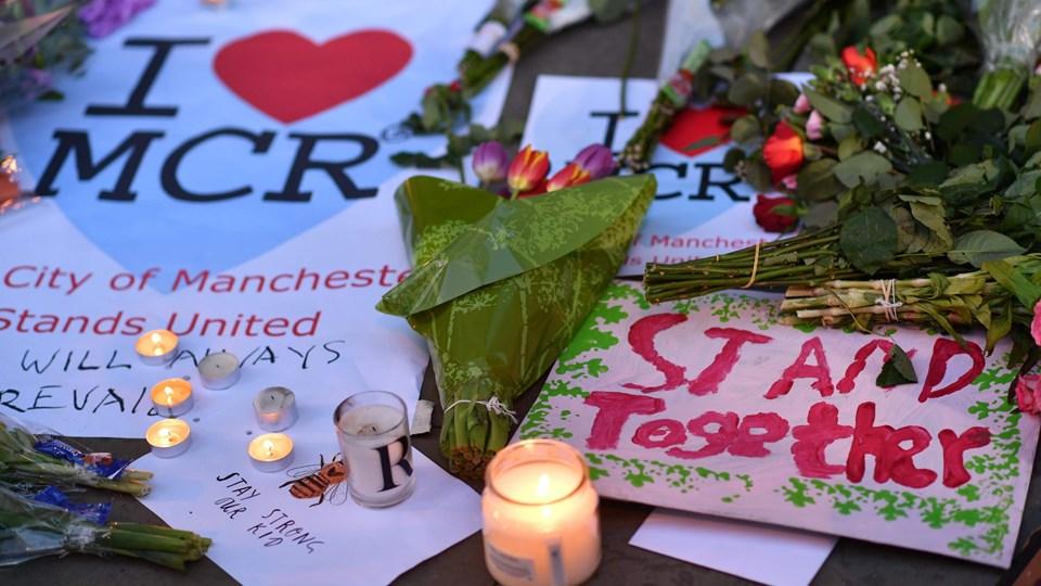 På dette foto fra den 23. maj 2017, dagen efter angrebet mod en Ariana Grande-koncert i Manchester Arena, ses nogle af de mange lys, blomster og hilsener, som indbyggere i Manchester lagde ved koncertstedet for at ære de dræbte og sårede.