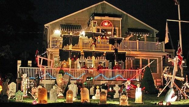 I USA pynter folk ofte deres huse udvendig - og de nøjes ikke altid med grinende græskar med lys i. Privatfoto.