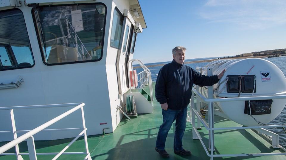 Redningsflåden til 100 personer, som overfartsleder Poul Erik Pedersen her viser, kunne testes, mens færgen sejlede i rute. ?Foto: Diana Holm