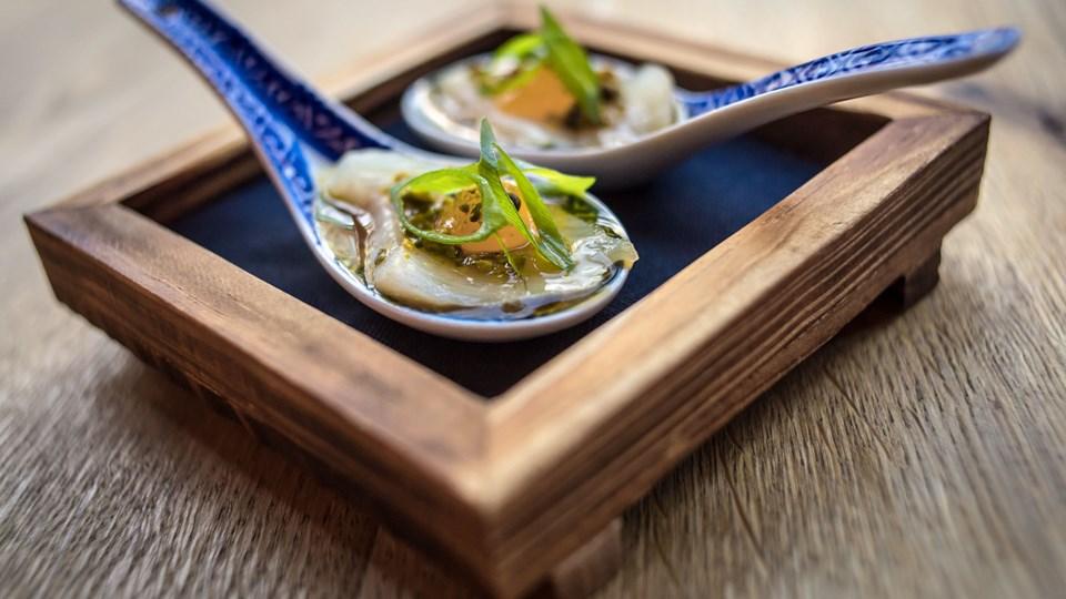 Der bliver leget med både ingredienser og serveringsfacon. Her en mundfuld fisk med asiatisk twist. Foto: Martin Damgård