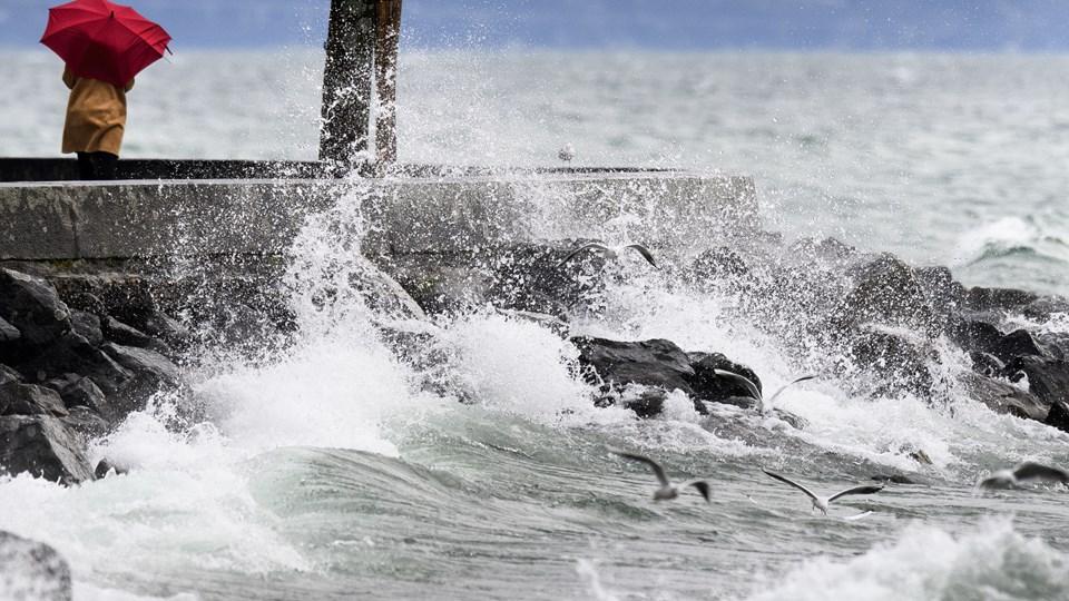 Voldsomme bølger på Genèvesøen i Lausanne onsdag. Stormen, der blandt andet ramte Schweiz, Tyskland og Frankrig, har vindstød på op til 160 kilometer. Foto: /ritzau/AP/Laurent Gillieron