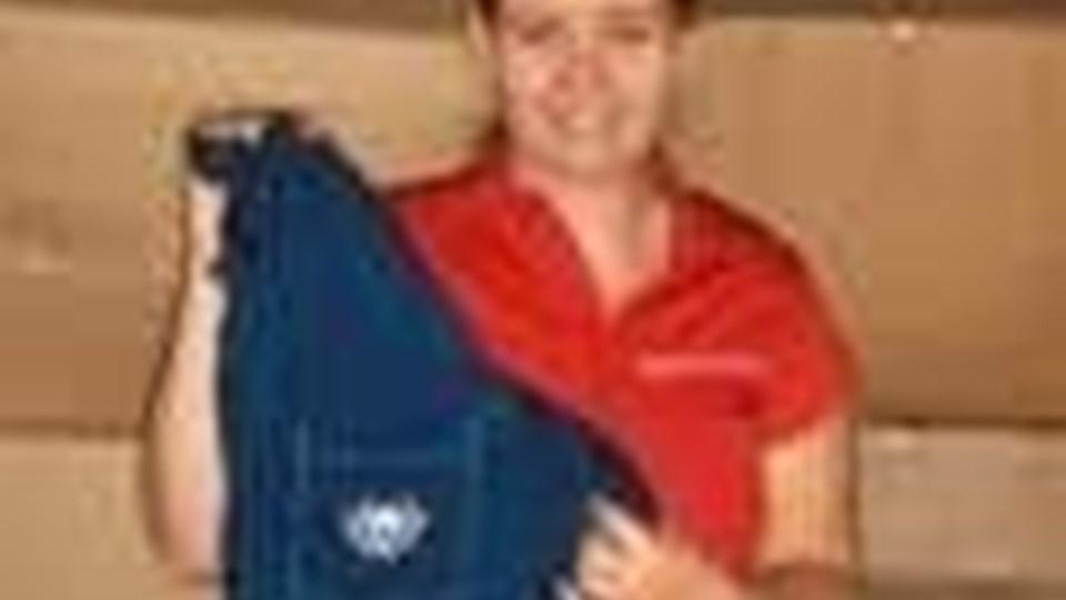 Lilian Simonsen har samlet omkring 500 uniformer fra Blæksprutten, som nu kommer til gavn i Ghana. Privatfoto