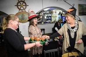 Fest i Lønstrup så hattene de passer