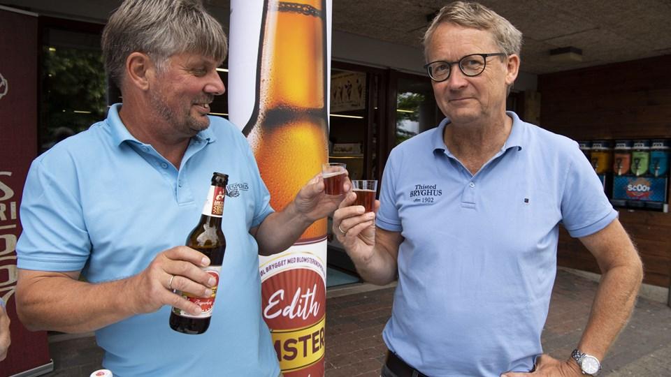 Jesperhusdirektør Peter Overgaard og brygmester Antoni Aagaard Madsen med blomsterøllen Edith, som er brygget på rosenknopper.