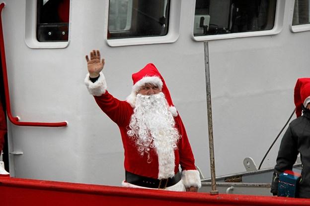 En veloplagt julemand hilste på alle da skibet lagde til kaj. Foto: Hans B. Henriksen Hans B. Henriksen